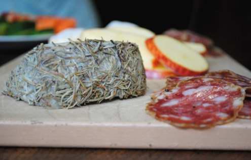 Formaggio di capra e salumi dal Bedford Cheese Shop.