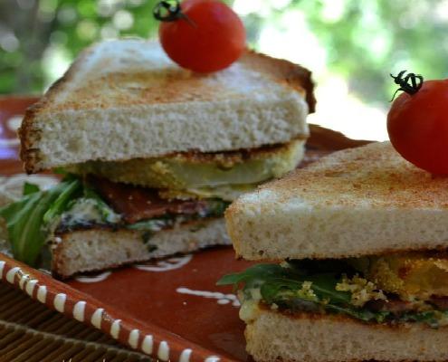 Sandwich con Bacon, pomodori verdi fritti e maionese al basilico