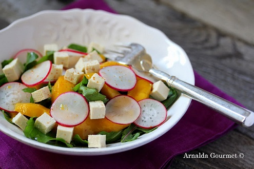 Insalata con tofu, mango, rapanelli e rucola