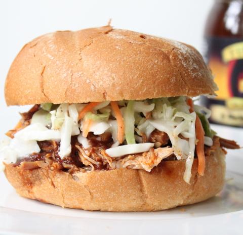 Sandwich con maiale grigliato e salsa barbecue
