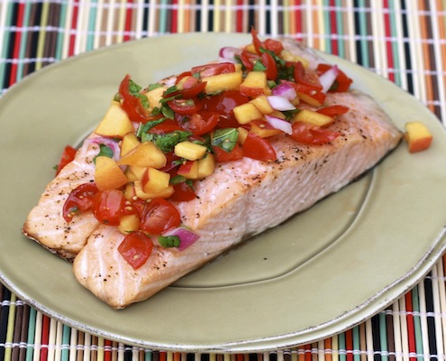 Salmone alla griglia con salsa di pomodori e pesche