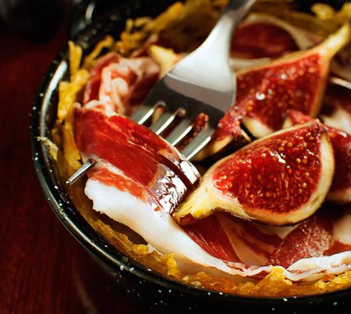 Tapas iberico al prosciutto e fichi su nidi di patate