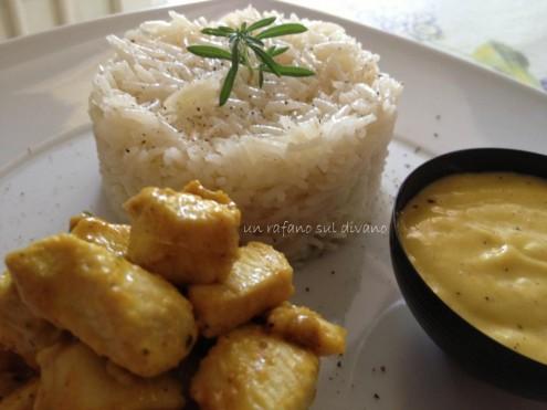 pollo al curry con riso basmati e salsa di mango by un rafano sul divano
